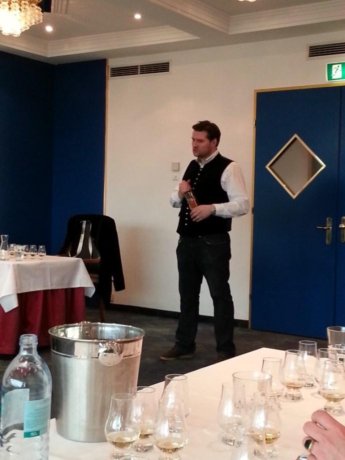 Alexander Huprich von der SCC führt die Teilnehmer in die verschiedenen Abfüllungen der SCC ein.