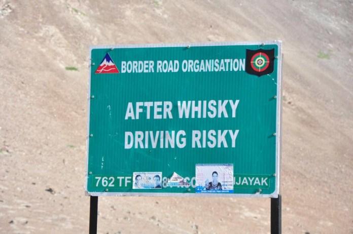 Warnung entlang des Srinagar -Ladakh Highway 1D. Copyright Ernst J. Scheiner 2014. Alle Rechte vorbehalten.
