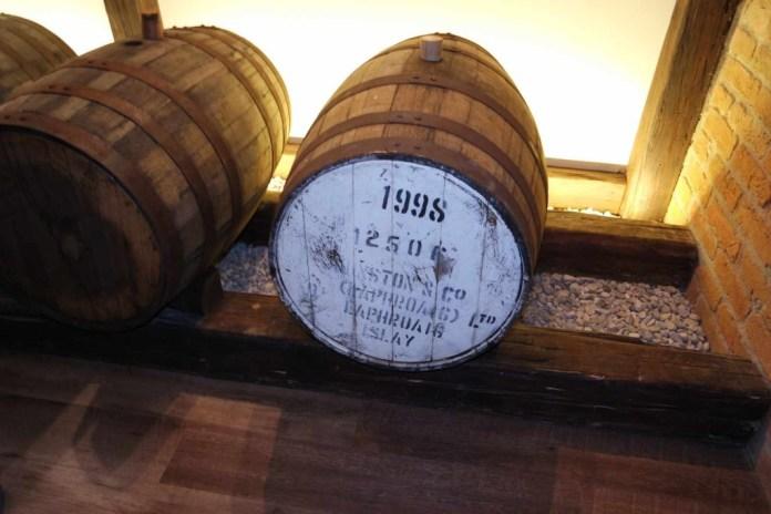 """Die Rauchigkeit mancher Abfüllungen kommt nicht durch das Torfen des Getreides. Andreas Schmidt verwendet solches nicht. Es kommt von den gebrauchten Laphroaig-Fässern, die zur Reifung verwendet werden. Momentan wird aber kein neuer rauchiger Whisky produziert, da der Bedarf nach """"normalem"""" Whisky kaum mehr zu befriedigen ist."""