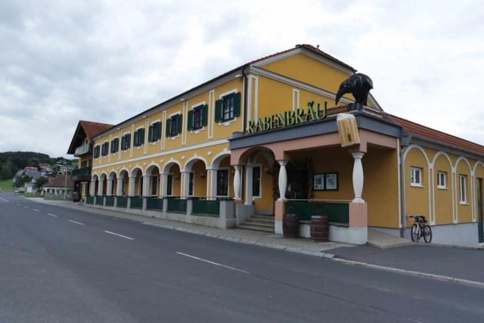 Das Rabenbräu ist ein ehemaliges Zollhaus, das genau an der Grenze zwischen dem Burgenland und der Steiermark gelegen ist. Man isst dort ausgezeichnet nicht nur ausgezeichnet, man kann auch das dort gebraute Rabenbier genießen.