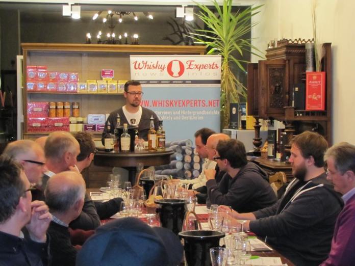 Whiskyexperts-Redakteur Simon Rosenkranz und seine Gäste.
