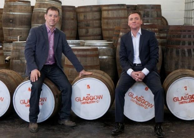 Liam Hughes und Ian McDougall mit den ersten Fässern