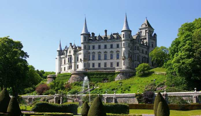 Von Dunrobin_Castle_-Sutherland_-Scotland-26May2008.jpg: jack_spellingbaconderivative work: Snowmanradio (talk) - originally posted to Flickr as Dunrobin castle and uploaded to commons at Dunrobin_Castle_-Sutherland_-Scotland-26May2008.jpg, CC BY 2.0, https://commons.wikimedia.org/w/index.php?curid=8639843