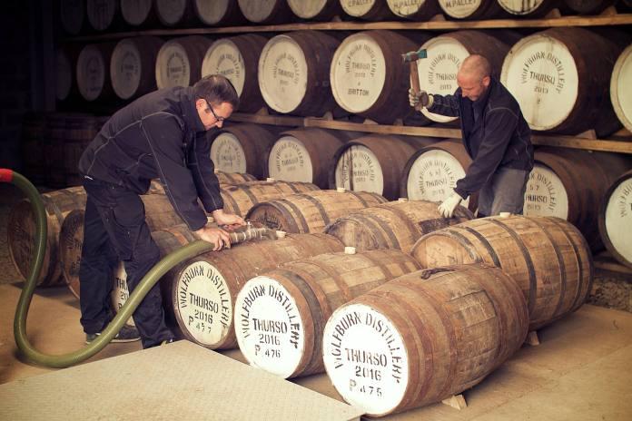 Shane Fraser und Iain Kerr füllen Fässer in der Wolfburn Distillery
