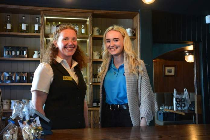 Roseanne und Hannah im Shop von Glen Scotia