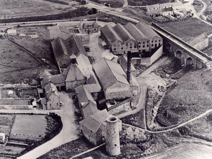 Glenugie, Aufnahme aus dem Jahr 1956 - der Turm im Vordergrund ist die Ruine einer durch Windkraft betriebenen Pumpstation. Foto von Africa23, GNU-Lizenz