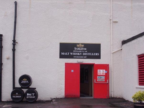 Eingang zur Destillerie, Foto von Theorb, Public Domain