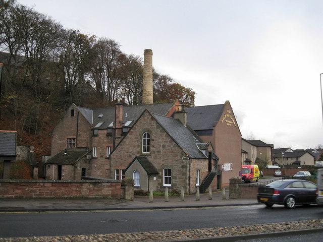 Das Gebäude der ehemaligen Millburn-Destillerie, Foto von Richard Dorrell, CC-Lizenz