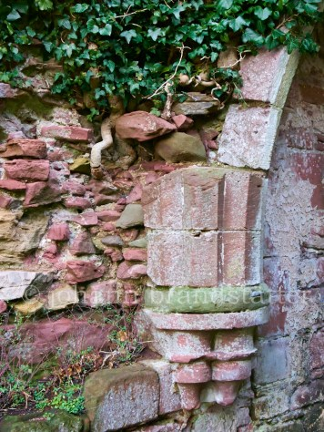Crumbling wall, Lindores Abbey