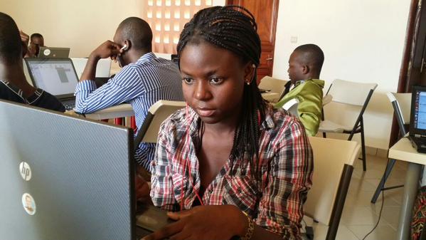 Jeune femme travaillant dans une startup
