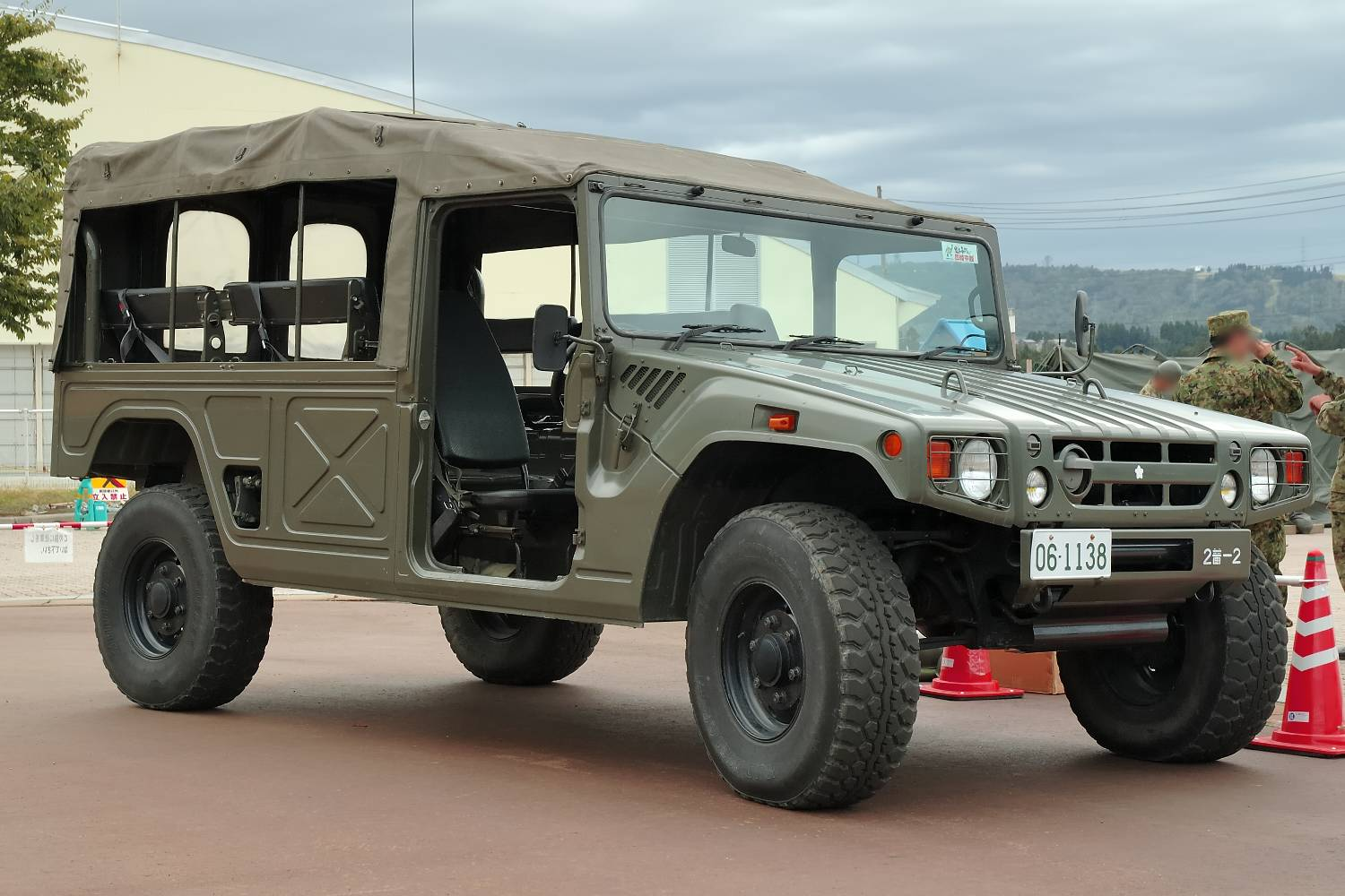 Based on the American HMMWV, this Japanese Koukidsousha is a typical light truck. Note the aesthetic similarity to a full size SUV.