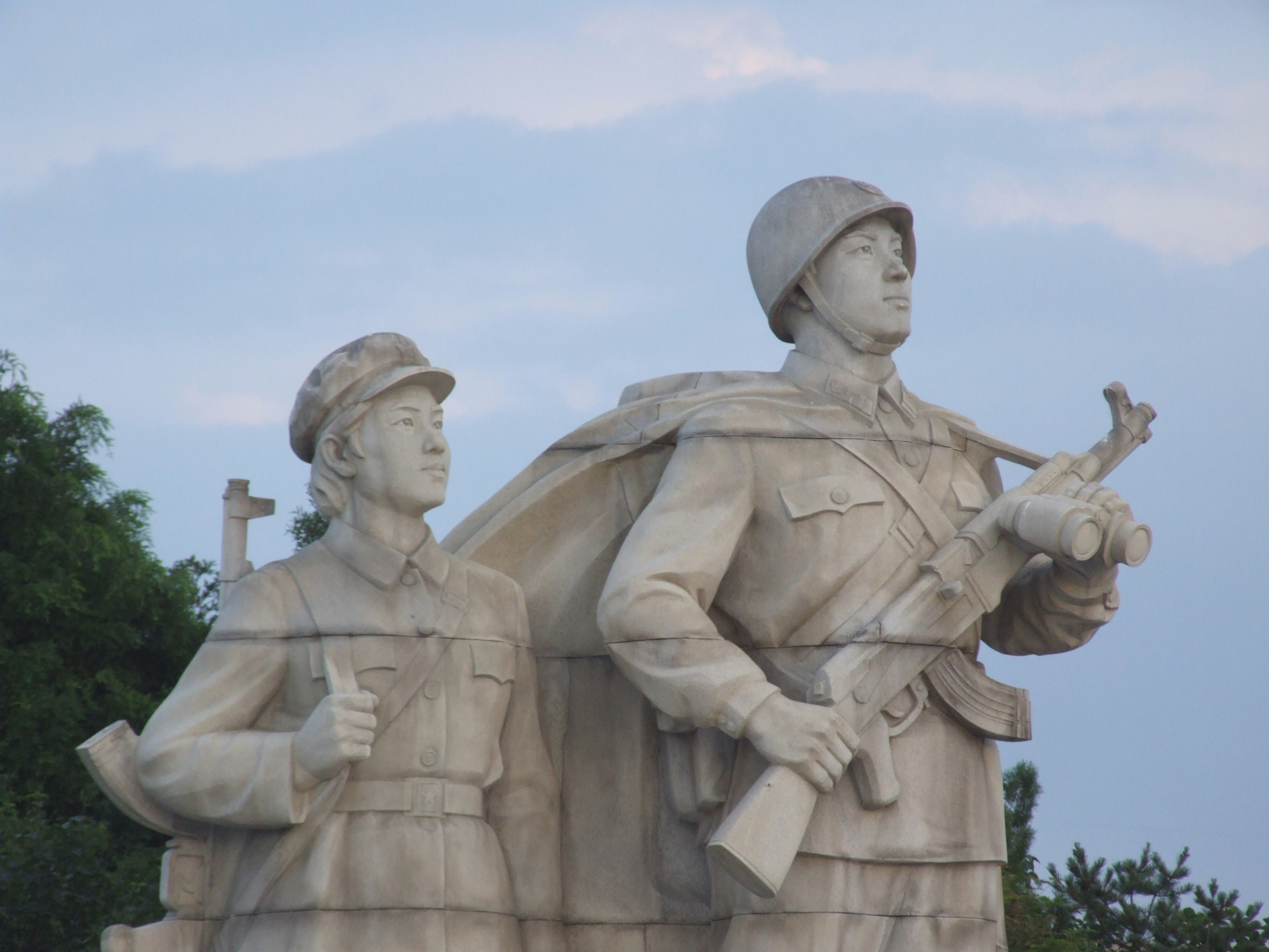 Sculptures_at_Juche_Tower_05