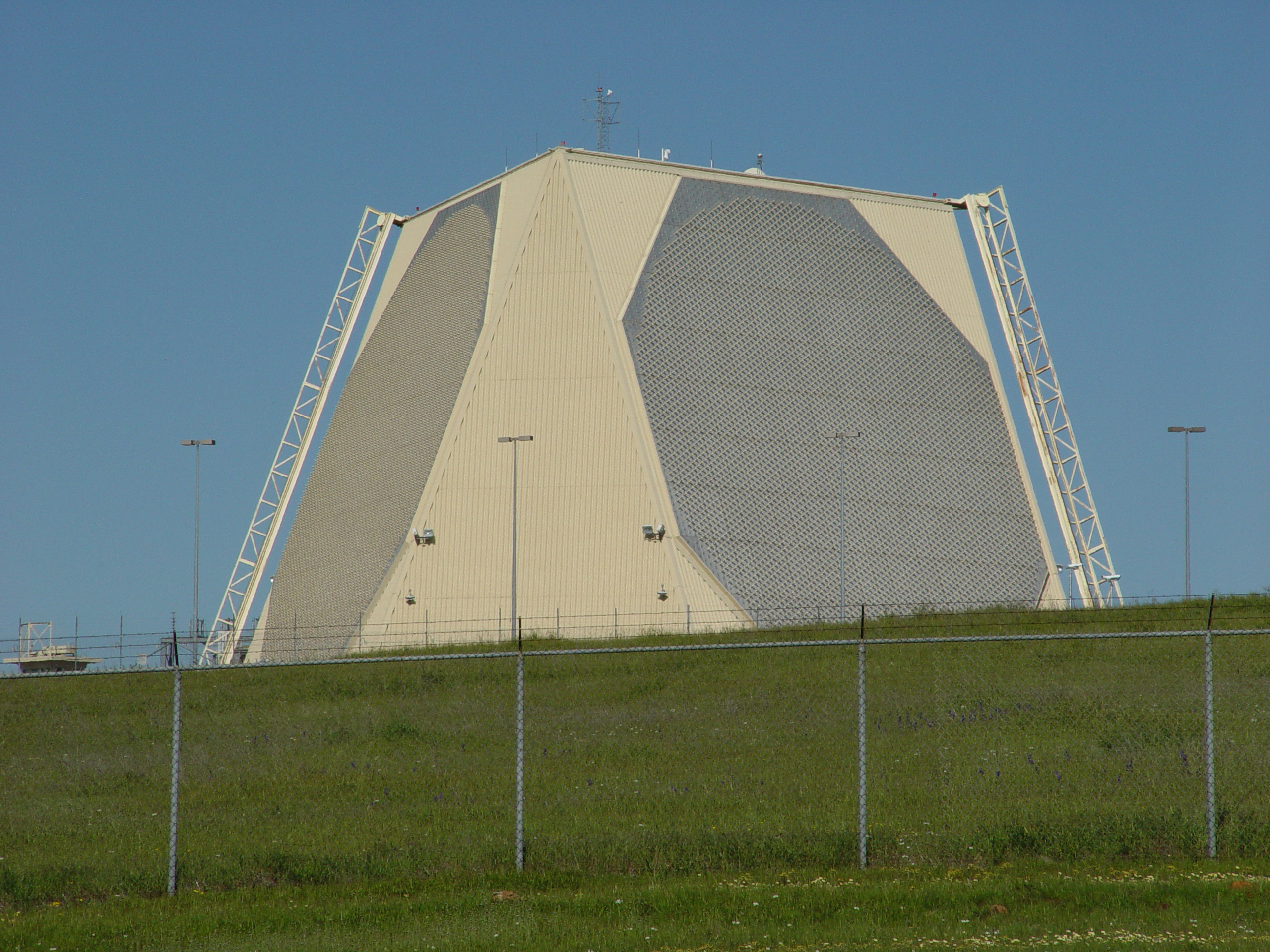 PAVE_PAWS_Radar,_Beale_AFB,_USA