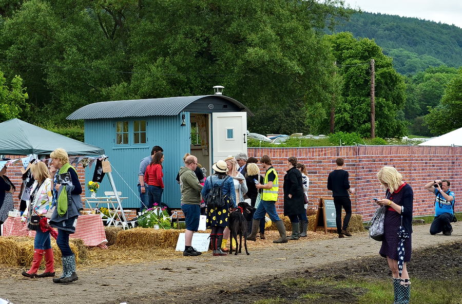Eroica crowd around shepherd hut