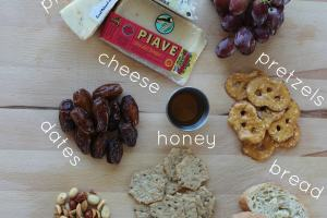 how to make the perfect cheese plate, prosciutto, grapes, bread, crackers, honey, blue cheese, jack habanero cheese