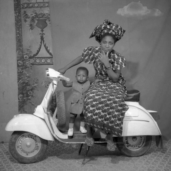 femme-a-la-vespa-credit-photo-sory-sanle-c-1970-1975-bobo-dioulasso