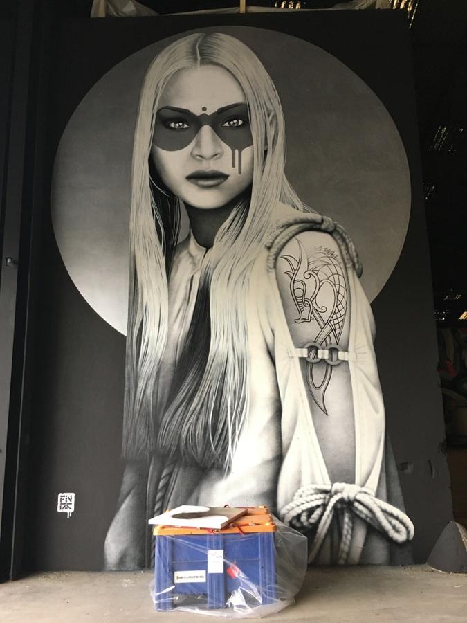 Magnifique fresque du street artist Irlandais Findac à l'entrée de la Halle du festival