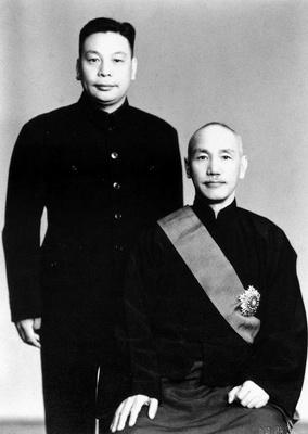 1954年的蔣介石與蔣經國。