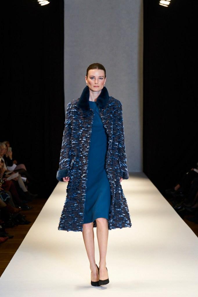 Uldgeorgett kjole uden indsnit og med drapering i halsen, frakke med minkkanter og krave ©Fotograf Allan Bjerre - www.allanbjerre.com
