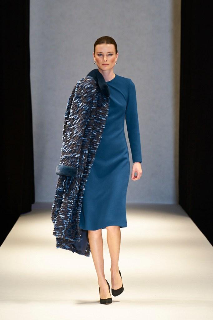 Uldgeorgett kjole uden indsnit og med drapering i halsen, frakke med minkkanter og krave