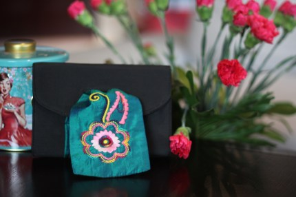 The Paisley 24Material : taffetaColour : black with green silk embroidered front pieceLength : 18cmHeight : 12cmWidth : 3cm