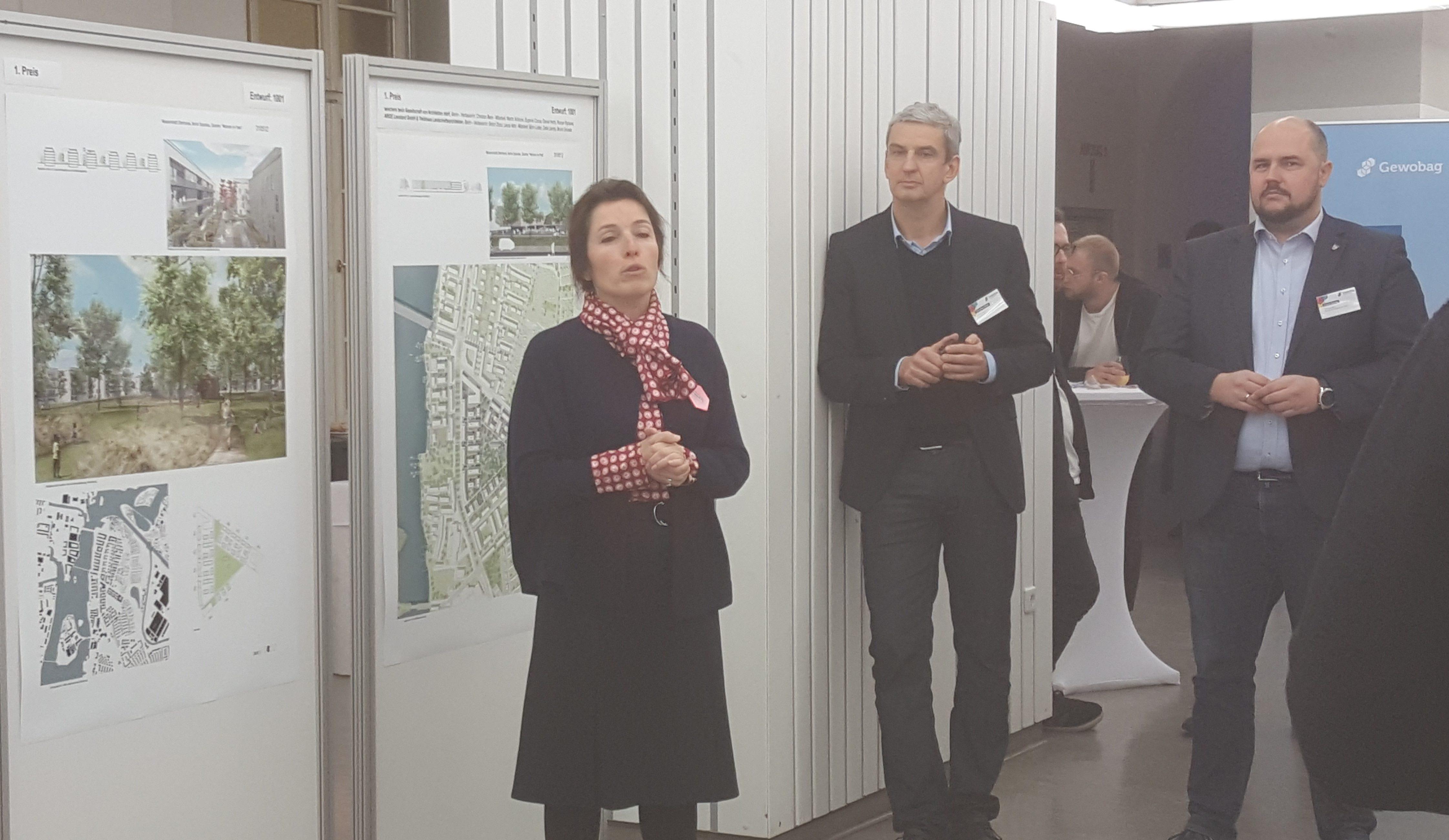 Ausstellungseröffnung zum Wettbewerb Wasserstadt Oberhavel – WATERKANT, v.l.n.r.: Snezana Michaelis (Vorstand der Gewobag), Christian Beck (wiechers beck) und Frank Bewig (Bezirksstadtrat des BA Spandau)