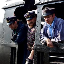 Maszynista i obsługa pociągu w lokomotywie