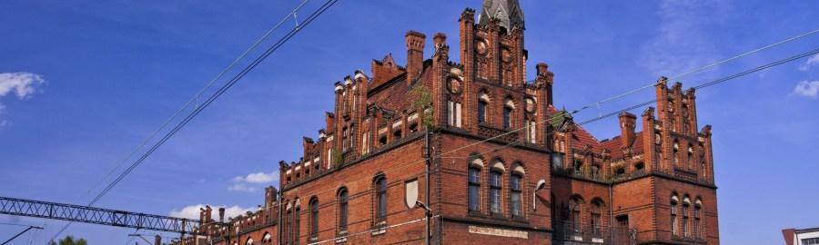 Nowe Skalmierzyce, ceglany neogotycki dworzec z 1913 roku