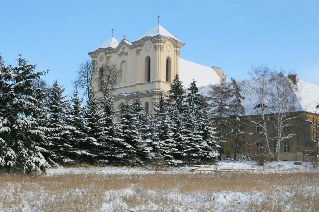Dawny klasztor cysterski w Wągrowcu. Widok zimą.
