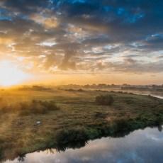 Rzeka Warta widziana z powietrza podczas zachodu słońca