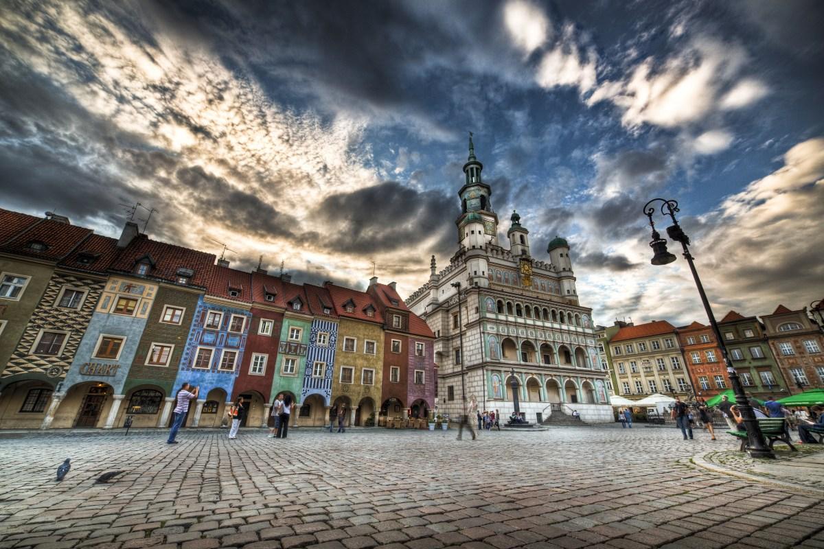 Stary Rynek w Poznaniu - ratusz i domki budnicze