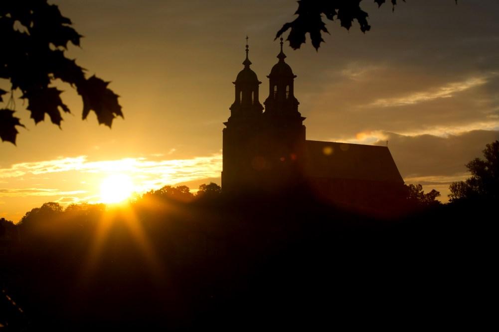 Szlak Piastowski - Archikatedra pw. Wniebowzięcia NMP w Gnieźnie o wschodzie słońca