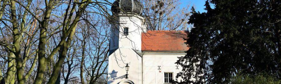 Skarbczyk w parku w Jarocinie. Budowla z wieżyczką schowana wśród drzew