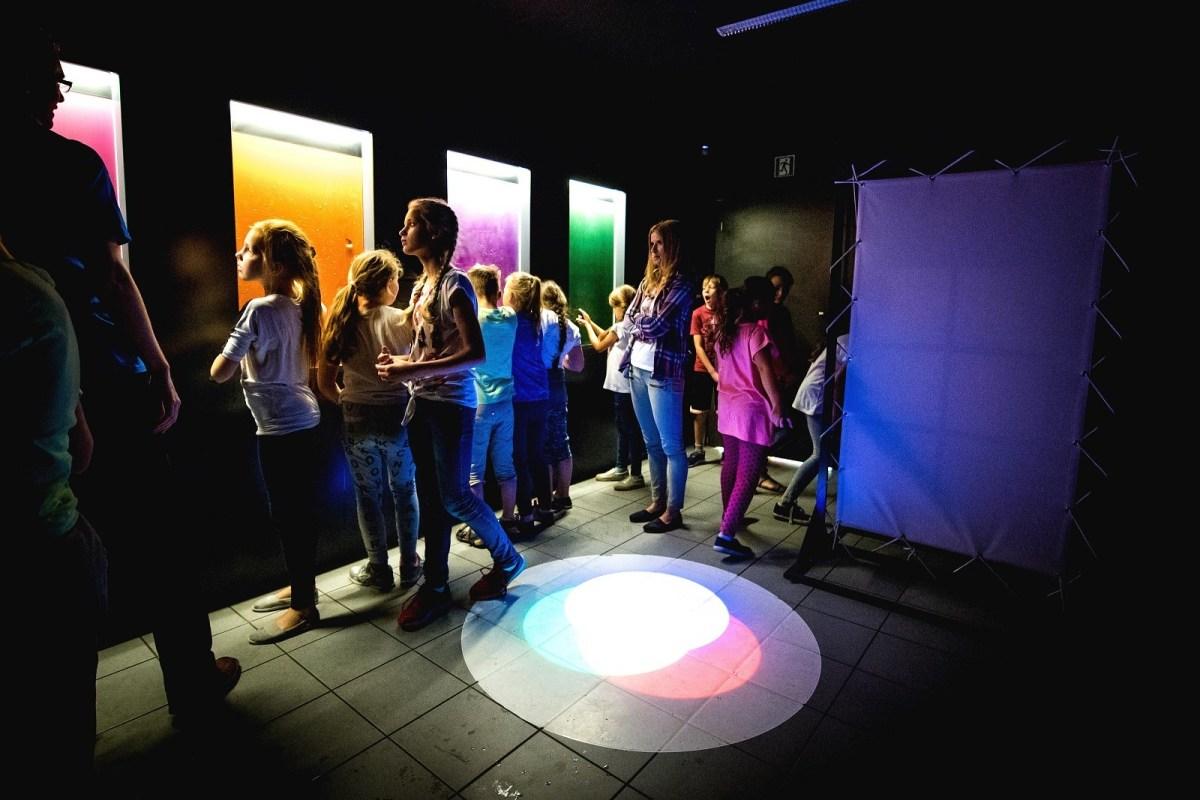 Laboratorium Wyobraźni w Poznańskim Parku Naukowo Technologicznym. Dzieci podczas zwiedzania laboratorium fizycznego.