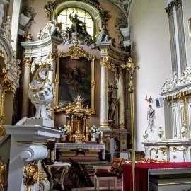 Wnętrze kościoła w Obrze, ołtarz główny