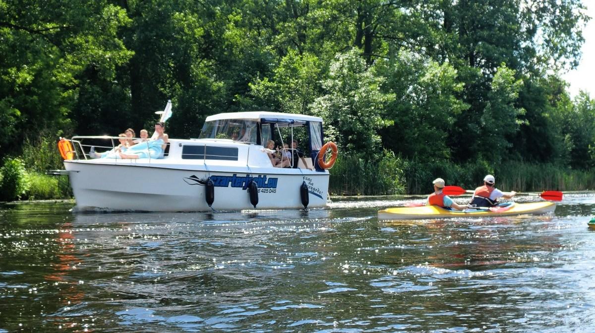 Wielka Pętla Wielkopolski - łódź motorowa oraz kajak na rzece