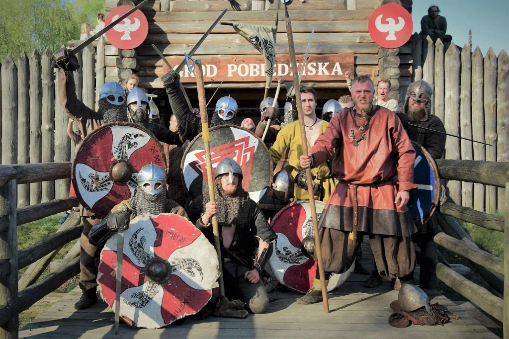 Gród Pobiedziska - grupa wojów piastowskich na moście
