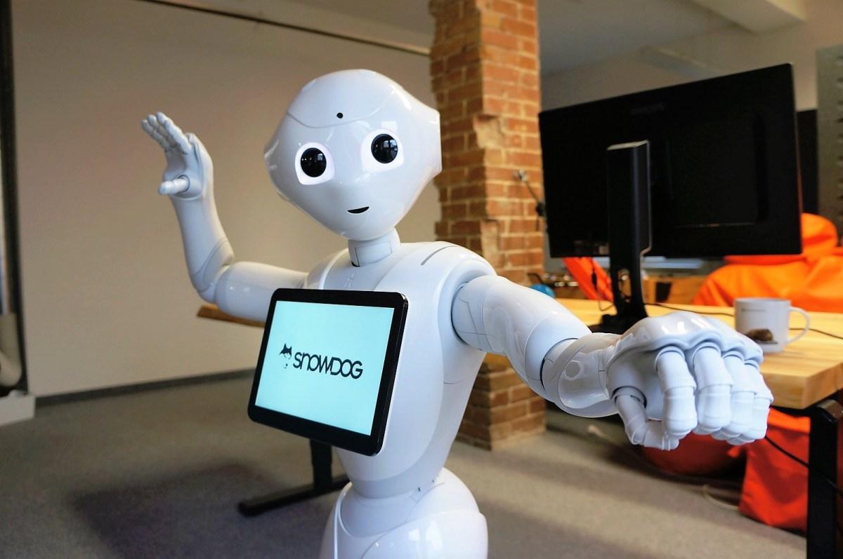 Robot Pepper - humanoidalny robot wita się z ludźmi