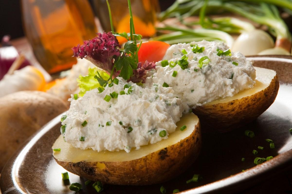 Ziemniaki podane z białym serem i szczypiorkiem