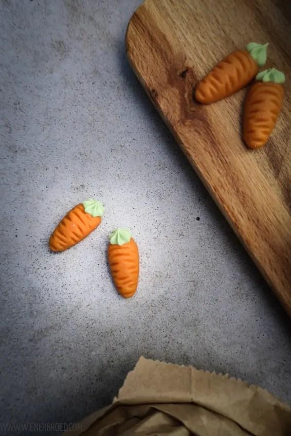 Möhren-Schoko-Cupcakes, saftige Schokoladen-Cupcakes mit einer Möhre aus Buttercreme, perfektes Rezept für Ostern / Carrot chocolate cupcakes, juicy chocolate cupcake with a buttercream carrot, perfect for Easter [wienerbroed.com]