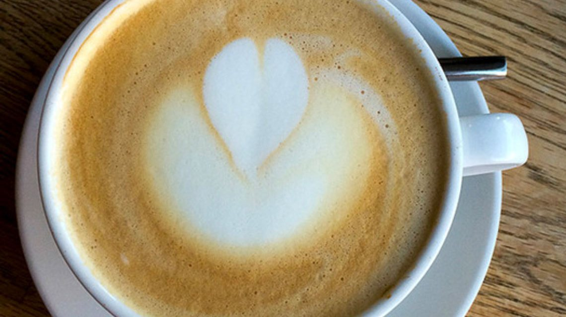 Milchkaffee mit Herzen