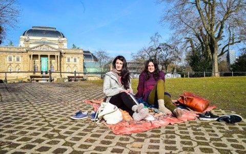 Susanne Ortac und Sophie Lorenz, Studenten der sozialen Arbeit an der Hochschule Rhein Main, machen Pause am Warmen Damm. Foto: Volker Watschounek
