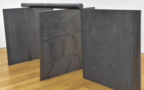 Richard Serra stellt Foren neu zusammen. Foto: Birgit Glindmeier