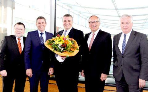Jörg Höhler (Mitte) mit den Gratulanten Michael Riechel (v. r.), Ralf Schodlok, Sven Gerich und Udo Stieglitz. DILD: ESWE Versorgung