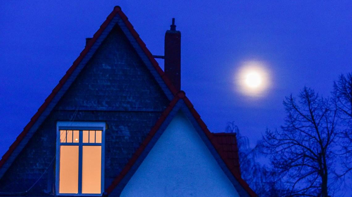 Am Wochenende war Vollmond. Hier stehgt der Mond über Wiesbaden Sonnenberg. Foto: Gesa Niebuhr