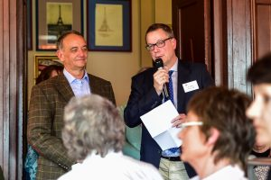 Ralf Micel und Karl-Georg Mages nehmen die Spende für Auxilium dankend an. Bild: Volker Watschounek