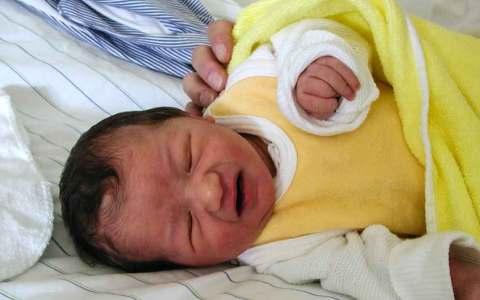Baby nach der der ersten Untersuchung im Krankenhaus im Wochenbett. Bild: Volker Watschounek