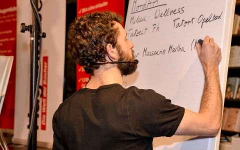 Blind Date in Wiesbaden, Stichworte geben Dialoge. Gesammelt wird im Bublikum. Bild: Volker Watschounek