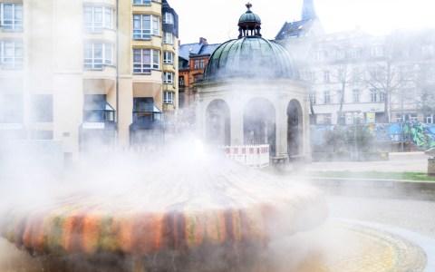 Kochbrunnen in Wiesbaden vor der Hessischen Staatskanzlei. Archivbild: Volker Watschounek