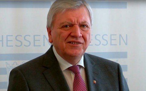 Ministerpräsident Volker Bouffier bei der Pressekonferenz zum Asylkonvent. Bild: hessenschau